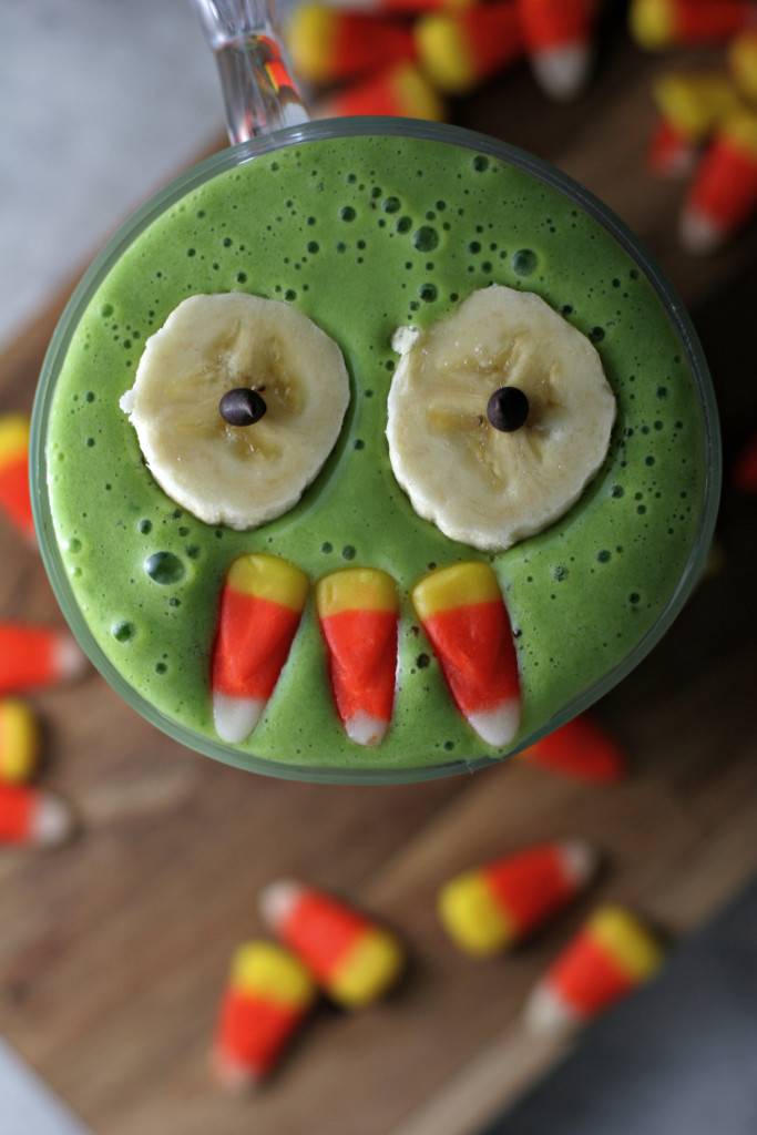 Trick your little ones into eating spinach with this Monster Mash Green Smoothie, mwahahaha!!!
